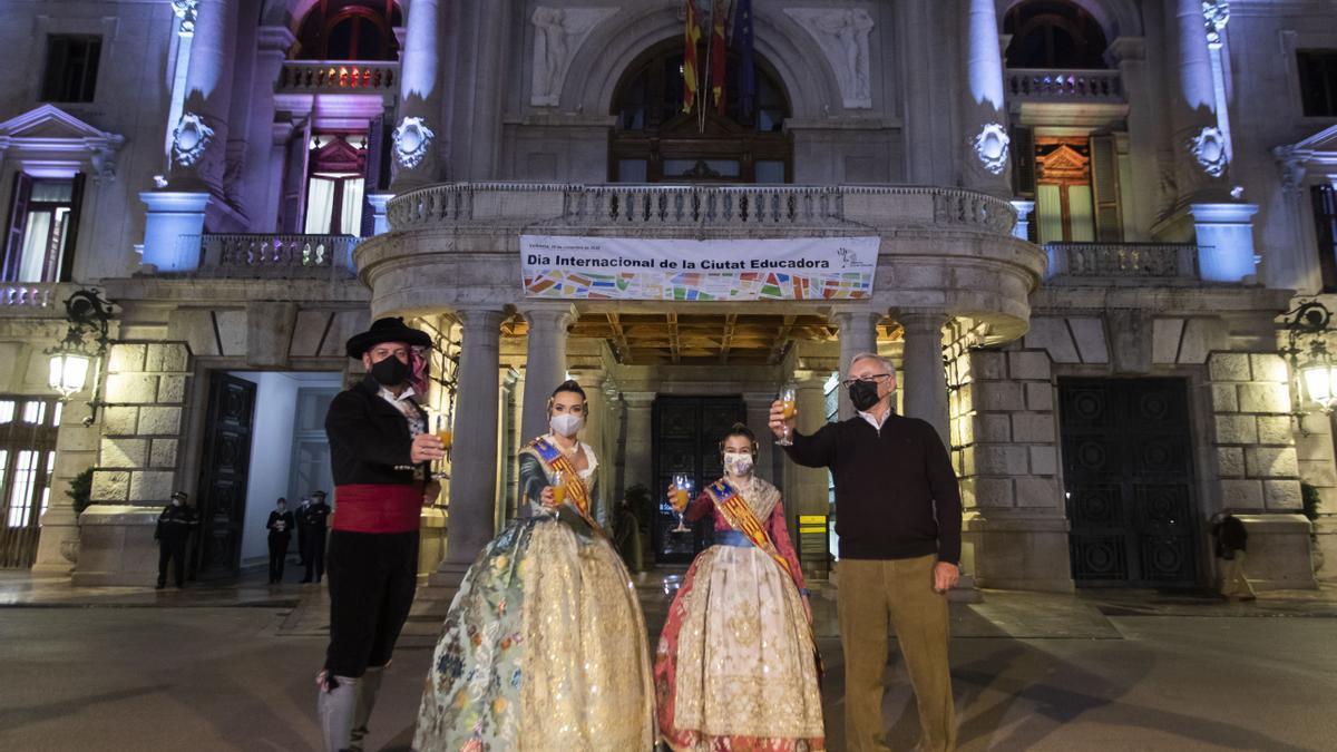 Brindis en la plaza del Ayuntamiento