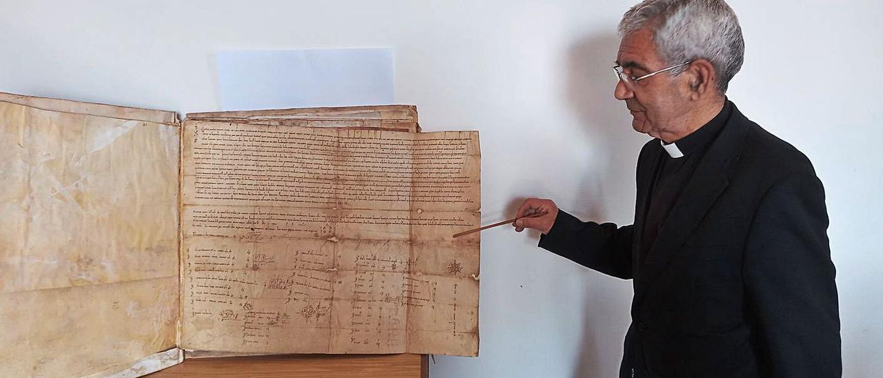 Avelino Bouzón, canónigo archivero de la catedral de Tui, junto al pergamino de doña Urraca.
