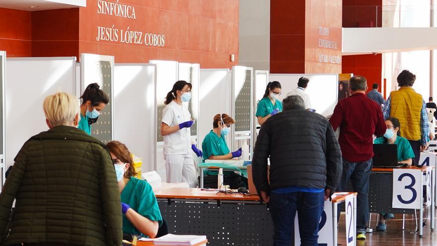 Castilla y León paraliza la vacunación con AstraZeneca, pero el Gobierno lo desautoriza