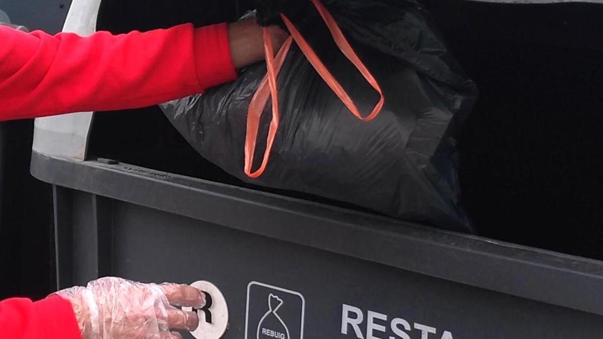 Les escombraries dels postitius, dins de tres bosses de plàstic ben tancades
