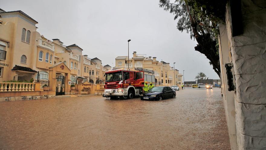 Avenidas y calles de Torrevieja se anegan con 60 litros por metro cuadrado de lluvia