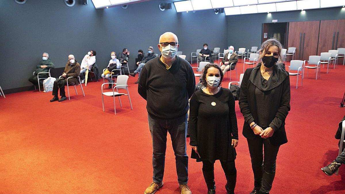 Por la izquierda, Javier Gámez, Leticia Sánchez Ruiz y Virginia Gil Torrijos, ayer, en el Club Prensa Asturiana de LA NUEVA ESPAÑA. | Miki López