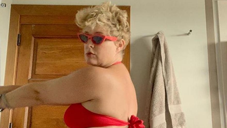 Alegato a las curvas femeninas de Tania Llasera con sus posados en bikini