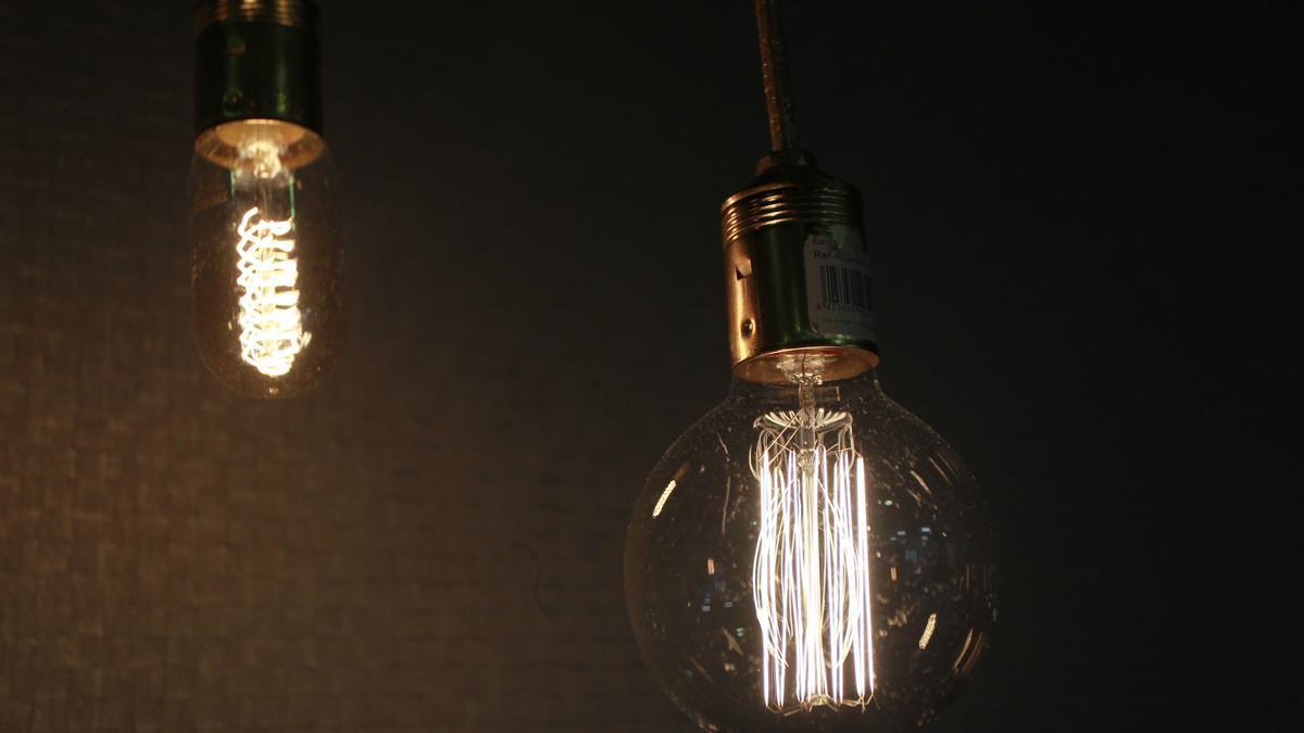 El precio de la luz cae en febrero