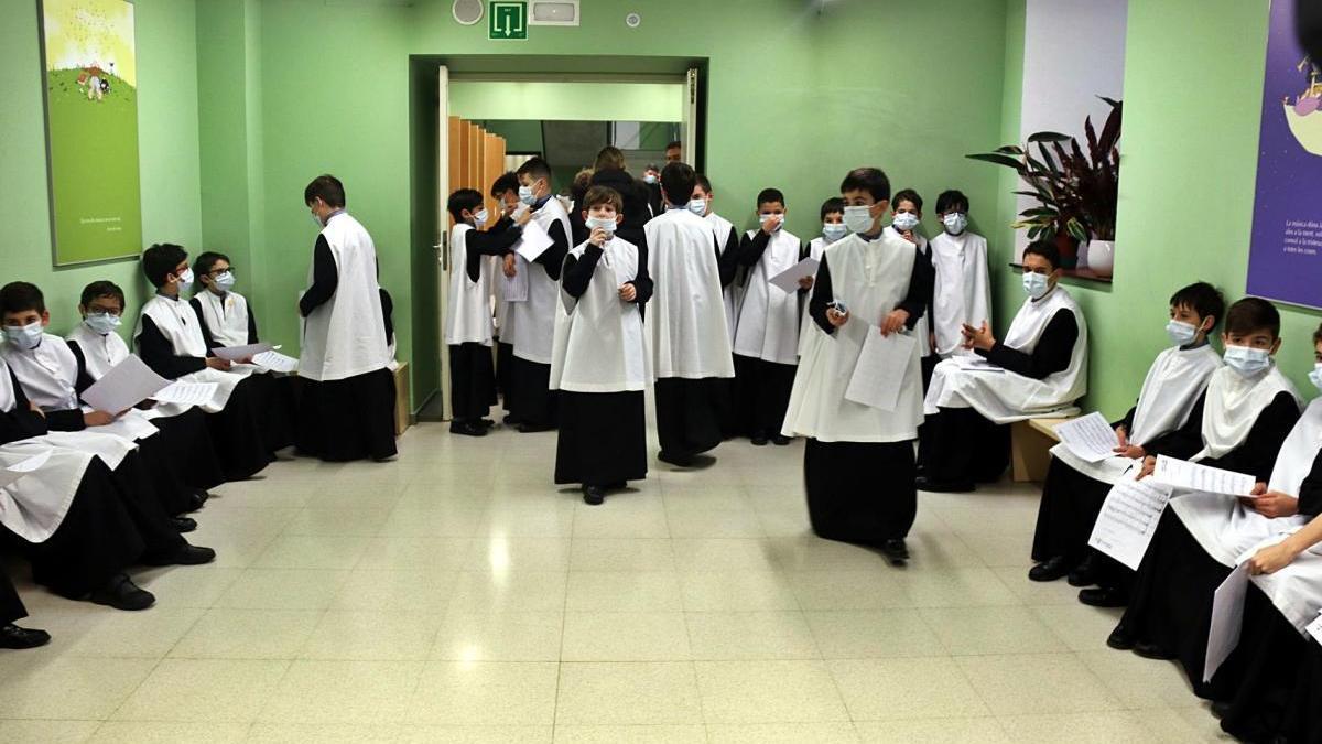 Integrants de l'Escolania de Montserrat preparant-se per entrar a la basílica a cantar