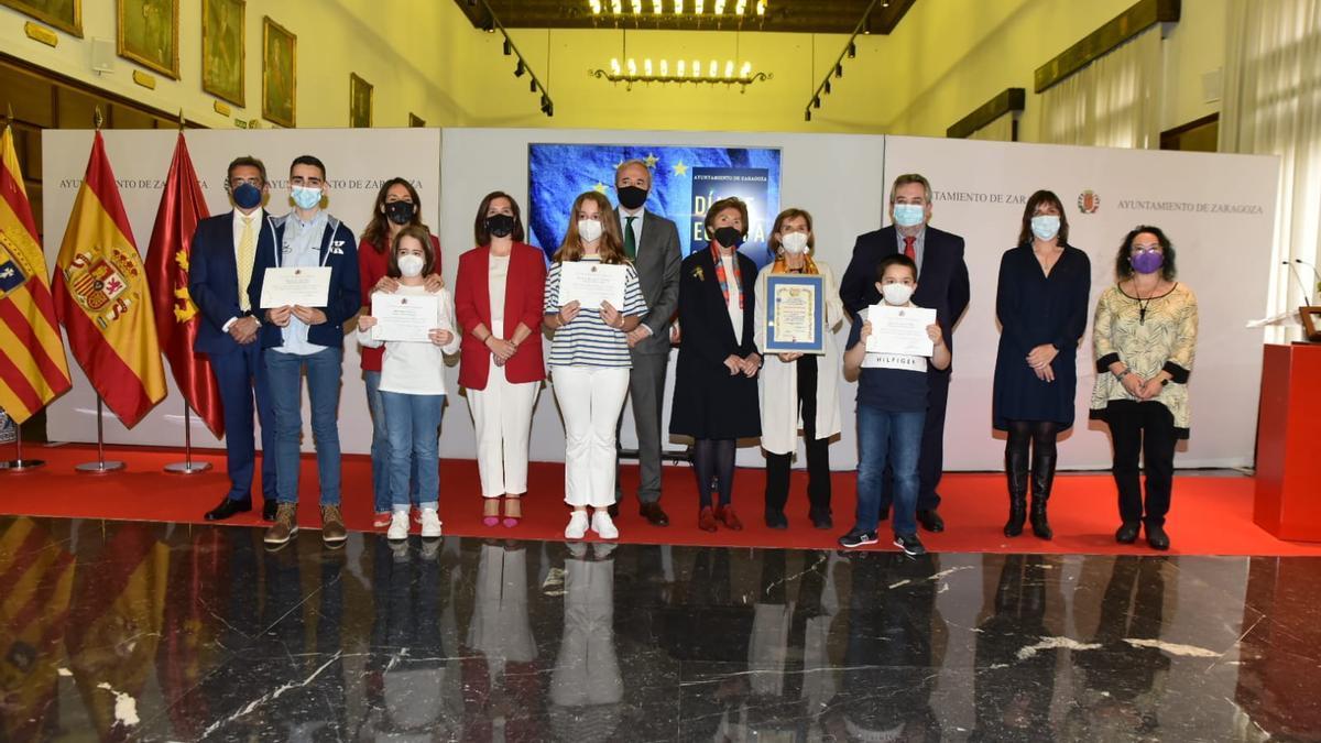 Foto de familia durante la celebración del Día de Europa en Zaragoza.