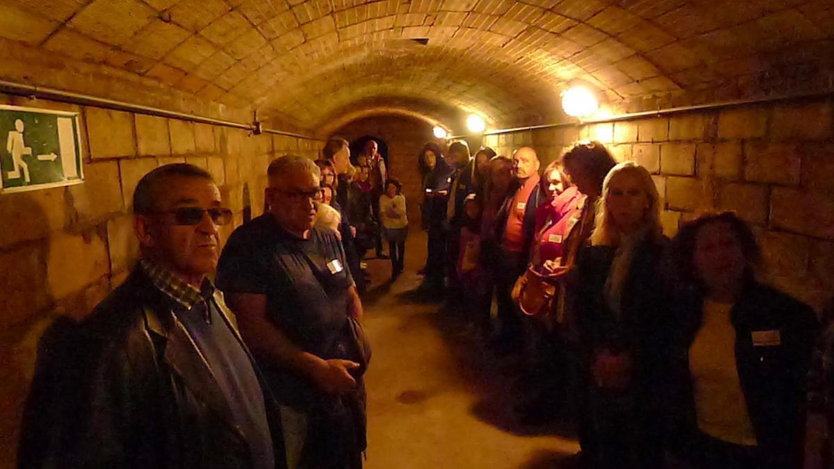 Participants en una visita guiada a un refugi antiaeri de Figueres durant les Fires i Festes de la Santa Creu de l'any passat.