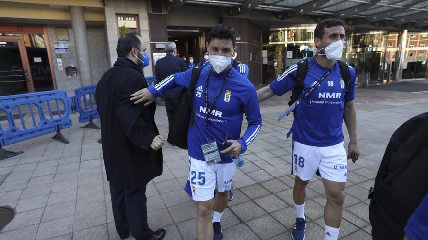 Así fue la salida del autobús del Real Oviedo rumbo al Molinón