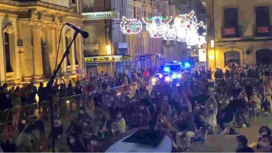 """La Policía """"corta"""" el concierto de Baiuca en Pontevedra por aglomeración de público"""