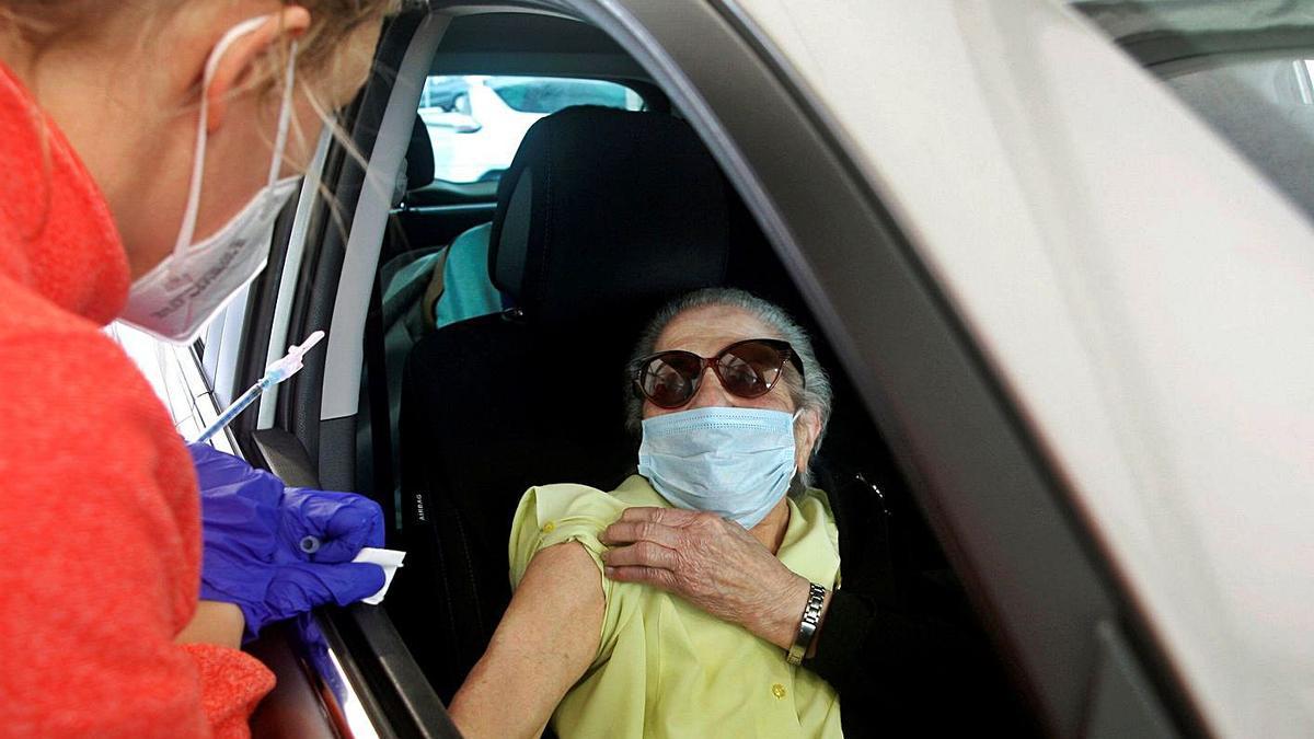 Una mujer a punto de ser vacunada, ayer en Gijón.     // EFE
