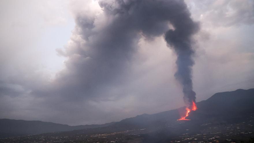 Explosiones y expulsión de lava, gases y ceniza en el noveno día de erupción en La Palma