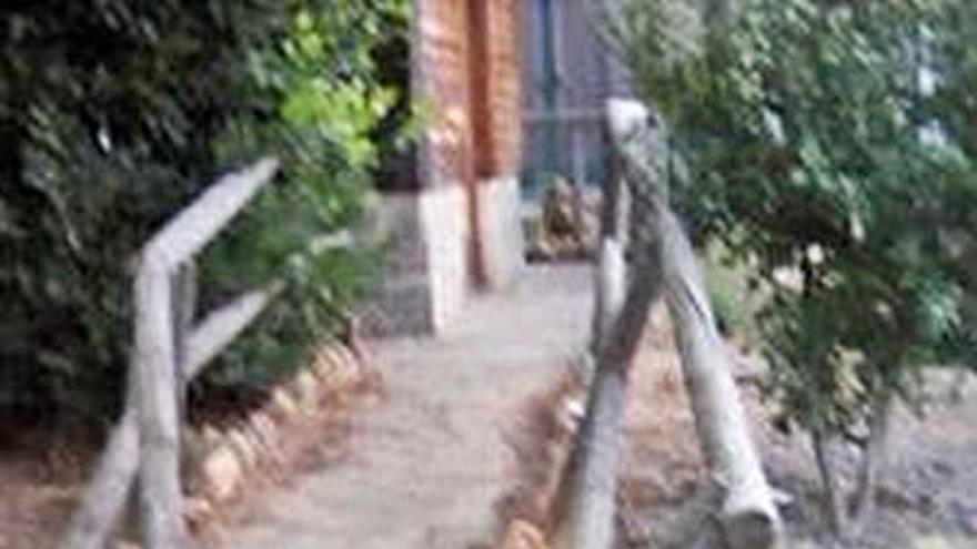Los vándalos la toman con uno de los puentes del Prado de las Pavas