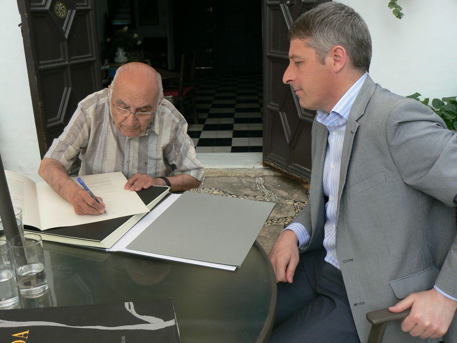 El poeta ha recibido diversos homenajes en su pueblo natal, Oliva, donde se creó la Fundación Francisco Brines. Esta fotografía fue tomada en 2019, cuando el consistorio adquirió «La iluminada rosa negra».