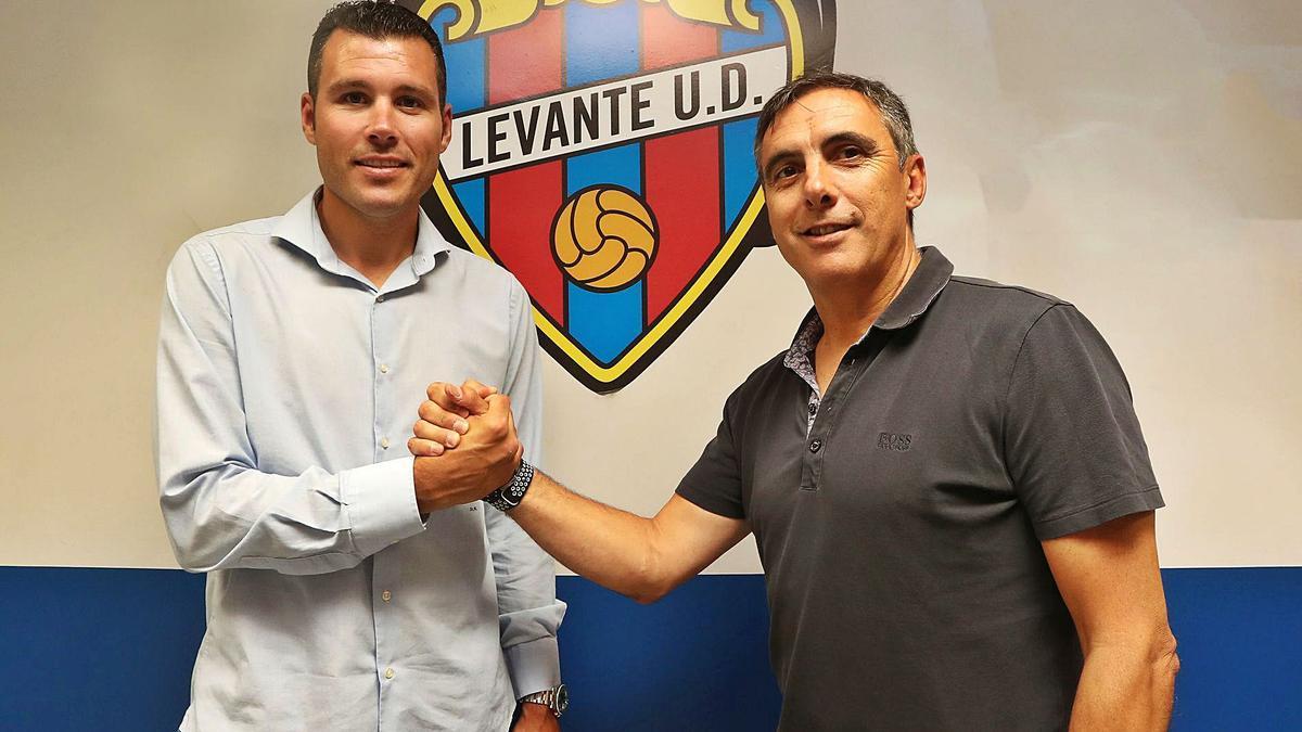 David Navarro y Manolo Salvador, que  forman un equipo unido y sin fisuras, posan en las oficinas del Levante UD. | IGNACIO HERNÁNDEZ