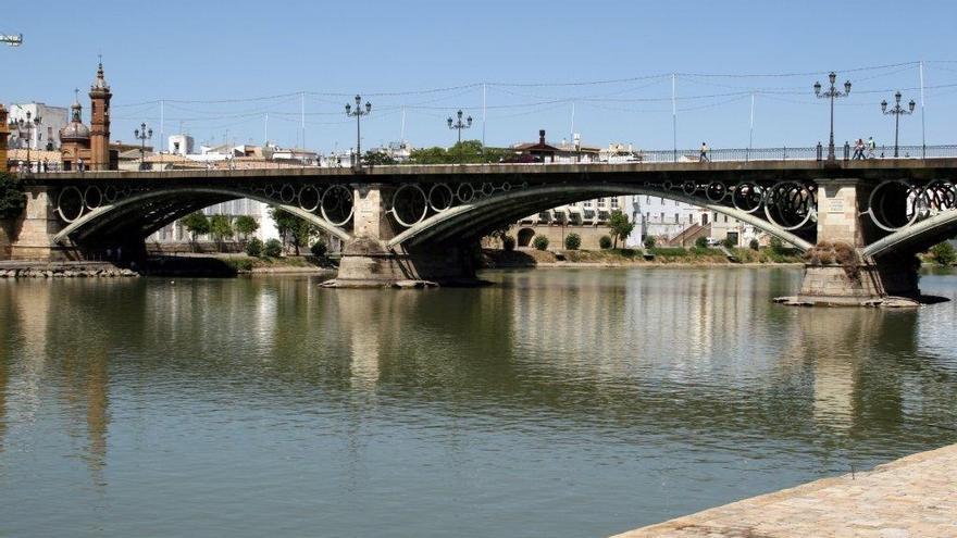 Buscan en el Guadalquivir a una persona que cayó al río en Sevilla