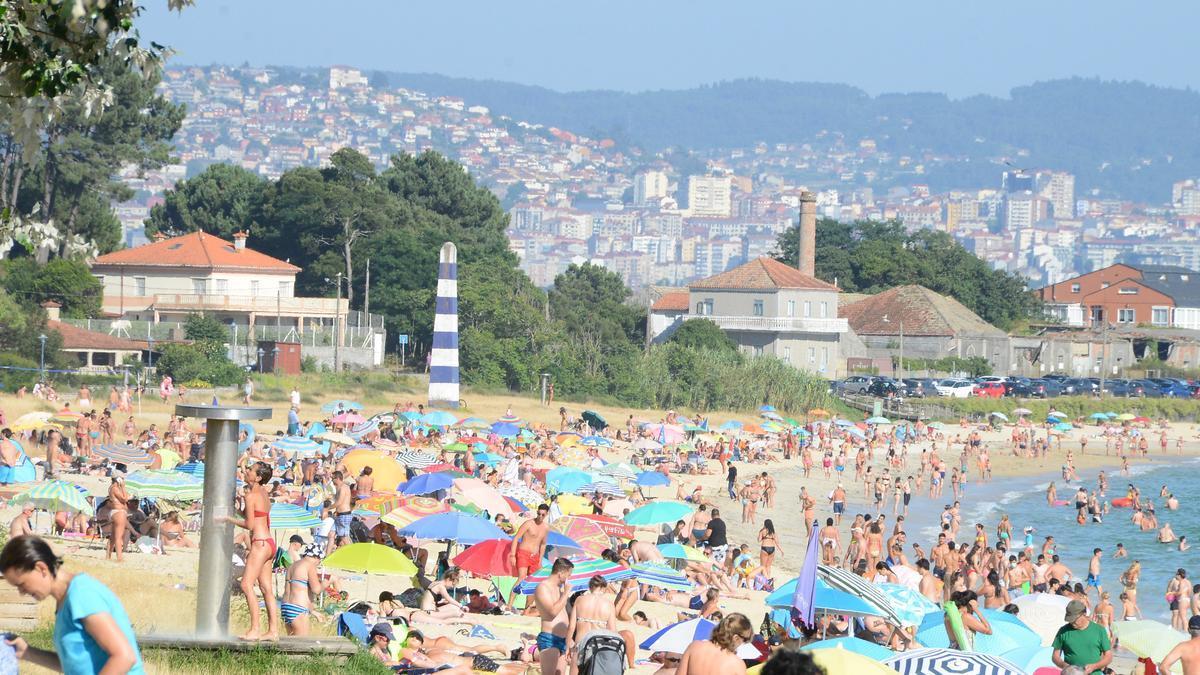 Playa de Rodeira, llena, en julio de 2020. / G.N.
