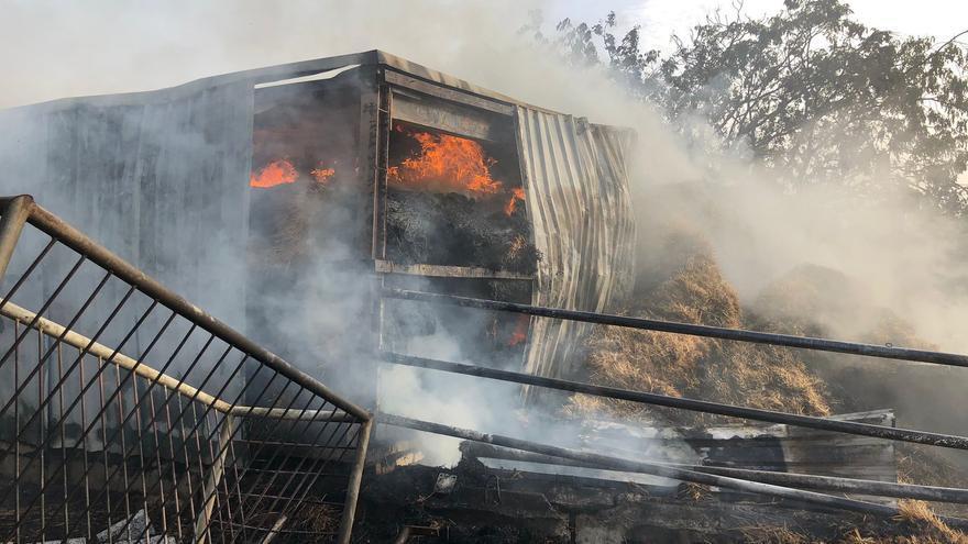Arden 100.000 kilos de heno en un almiar cerca de Córdoba