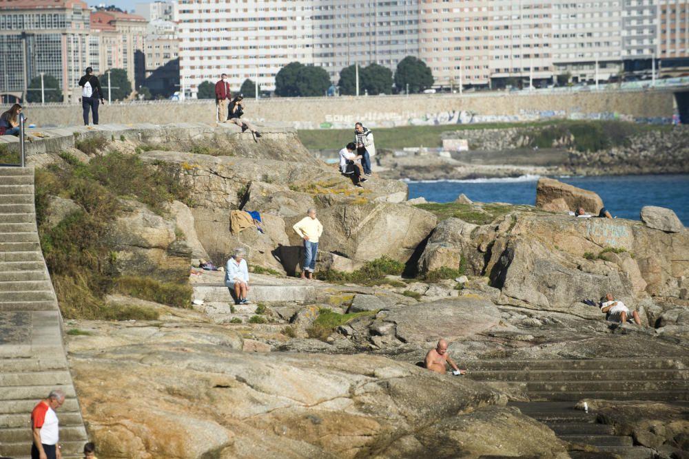 Bañistas en otoño en la playa de Riazor