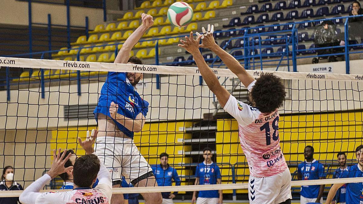 Elvis De Oliveira trata de bloquear el ataque del melillense Maximiliano Scarpin.