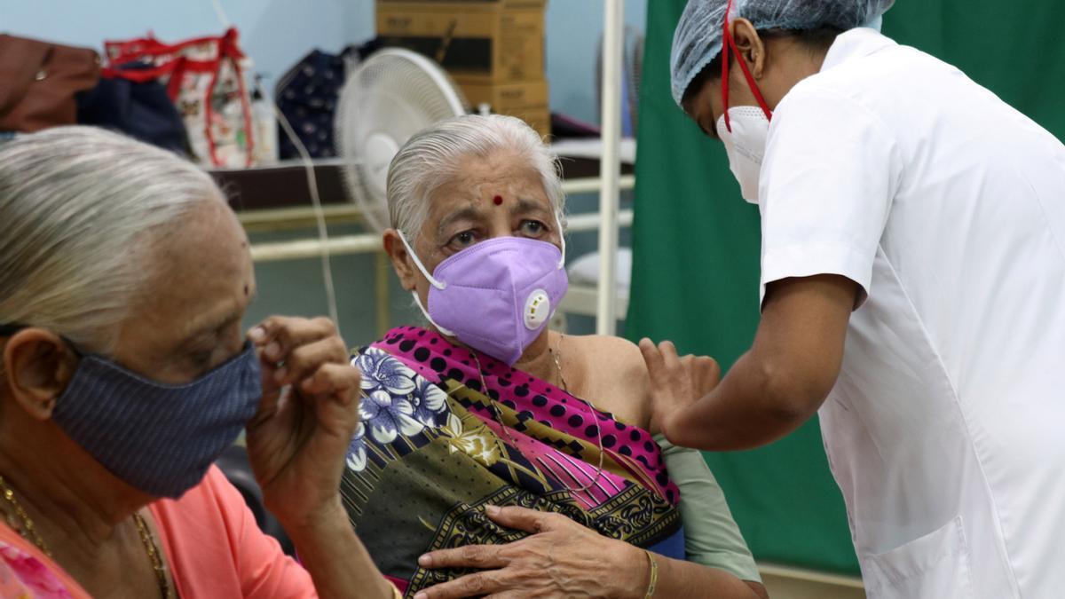 Una mujer se vacuna en India.