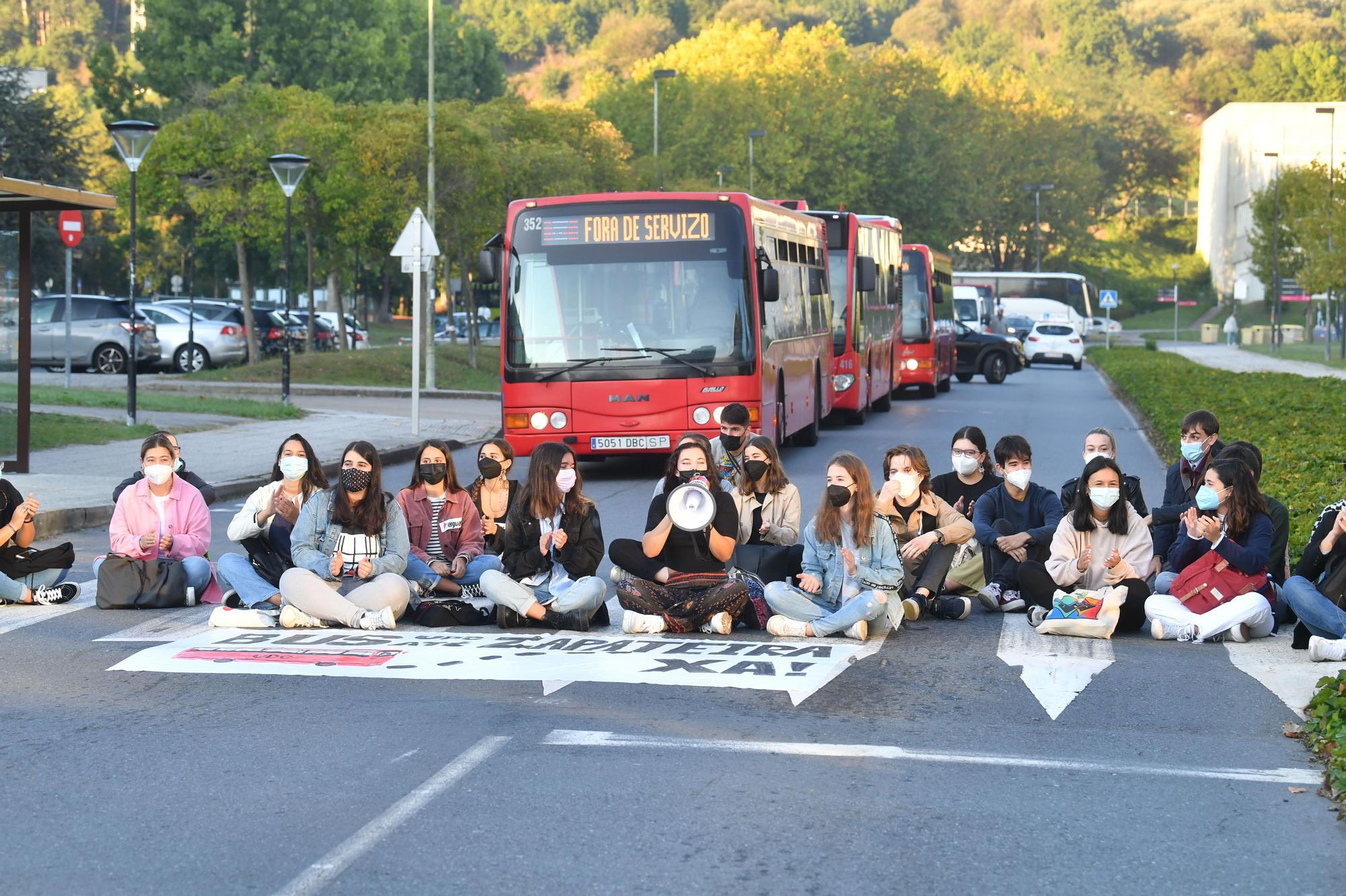 Sentada en la Universidade para reclamar transporte público