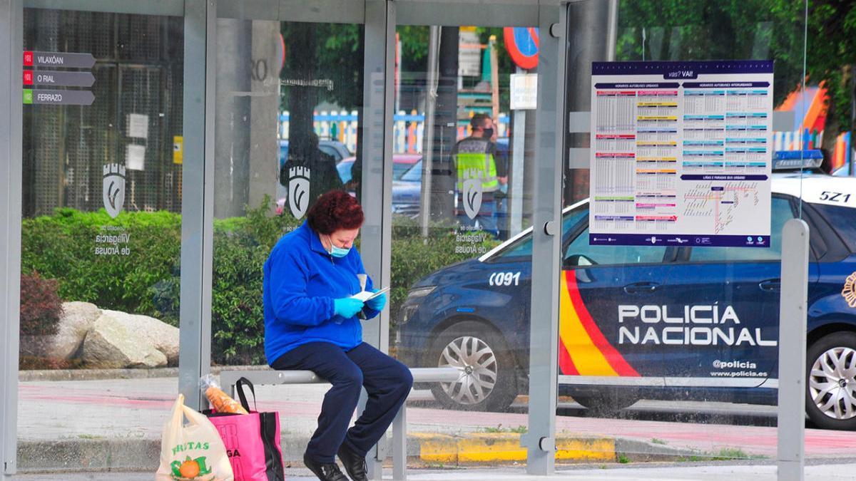 Una vecina de Vilagarcía, con mascarilla, espera al autobús