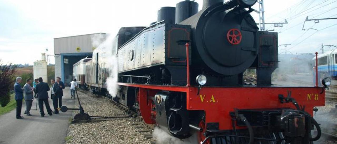 Arriba, la locomotora VA8, tras su rehabilitación. Abajo, al estación de Ablaña, con el indicador de linea en primer térmico.