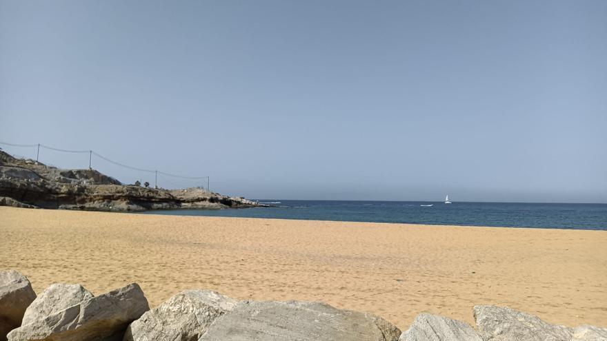 El Ayuntamiento  y Costas prevén reabrir la playa de Tauro al público la próxima semana