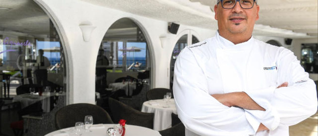 El chef Germán Ortega, premiado con la Estrella de la Guía Michelín, en el restaurante La Aquarela, en Mogán.