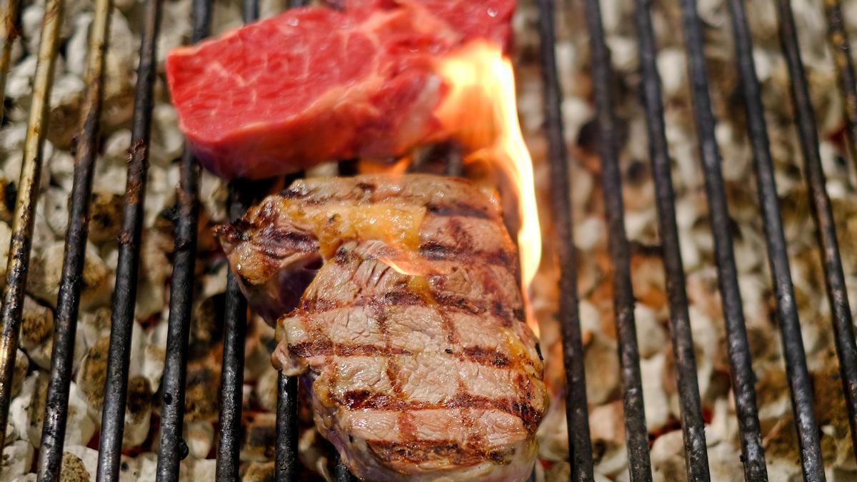 Steaks auf einem Kohlegrill