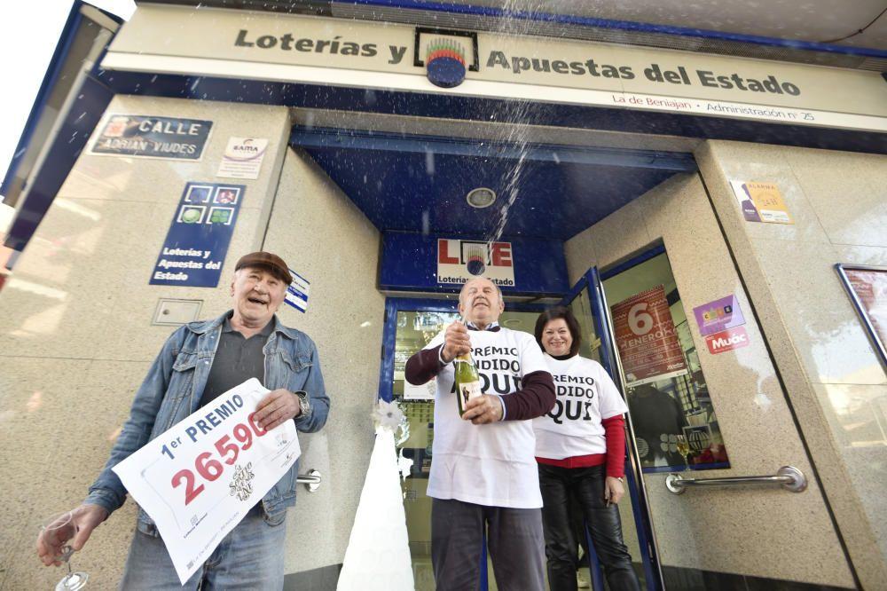 José Hernández, José Turpín y Ramonita Tomas, los dueños de la administración de la localidad de Beniajan (Murcia) que ha repartido parte del Gordo.