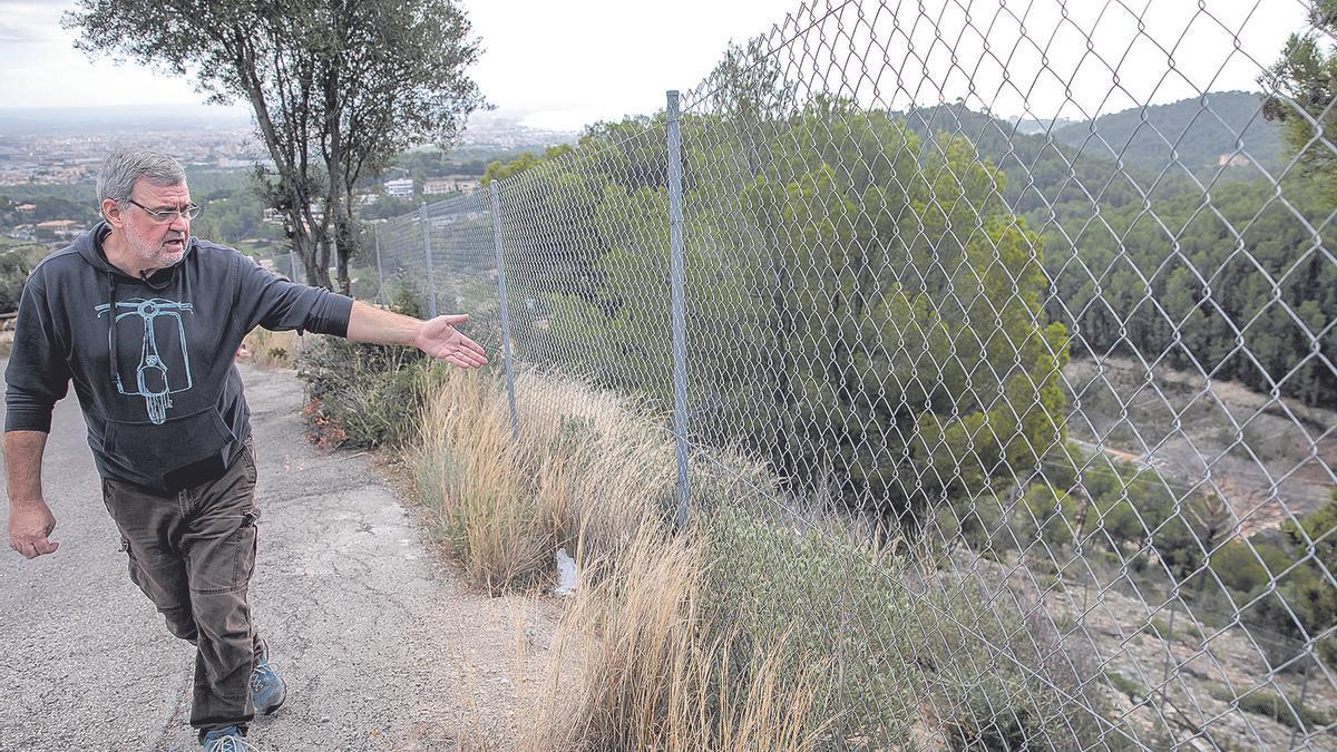 Joan Prats muestra el área que utilizará el Ejército.