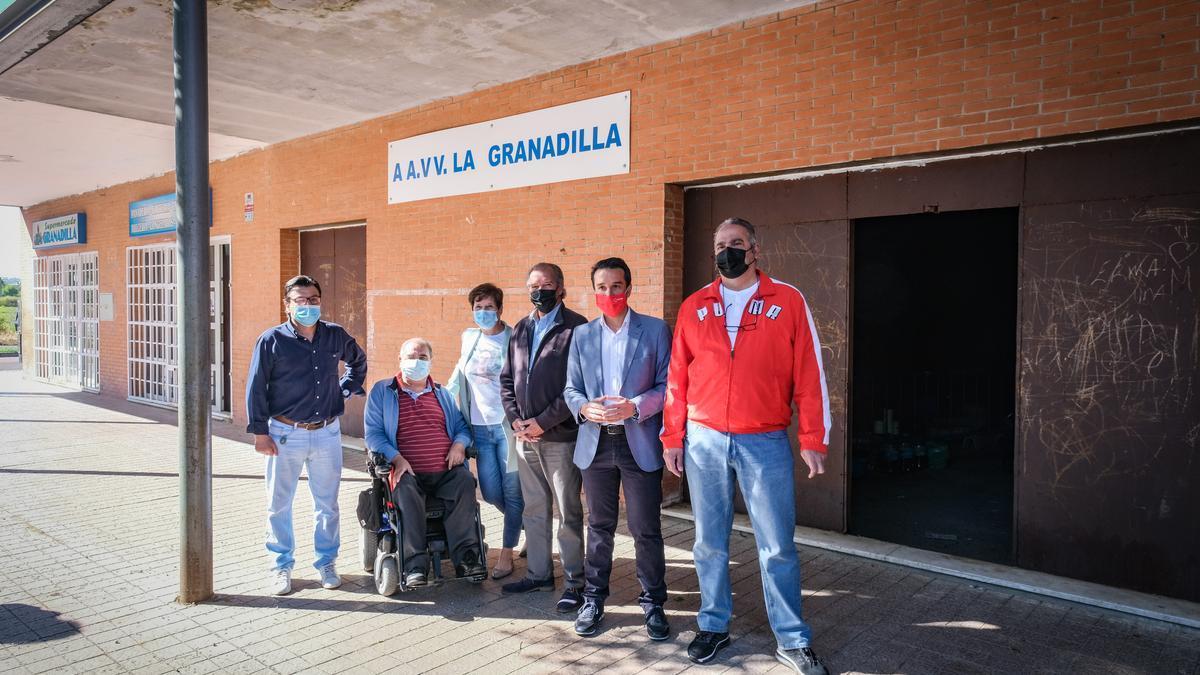 La junta directiva de la Asociación de Vecinos de La Granadilla, con concejales socialistas, ayer, junto al local que aún sigue en bruto.