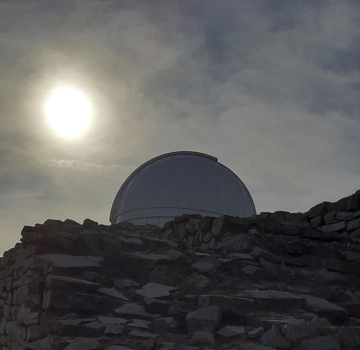 Sol potent però força tapat pels núvols a l'observatori de Castelltallat.