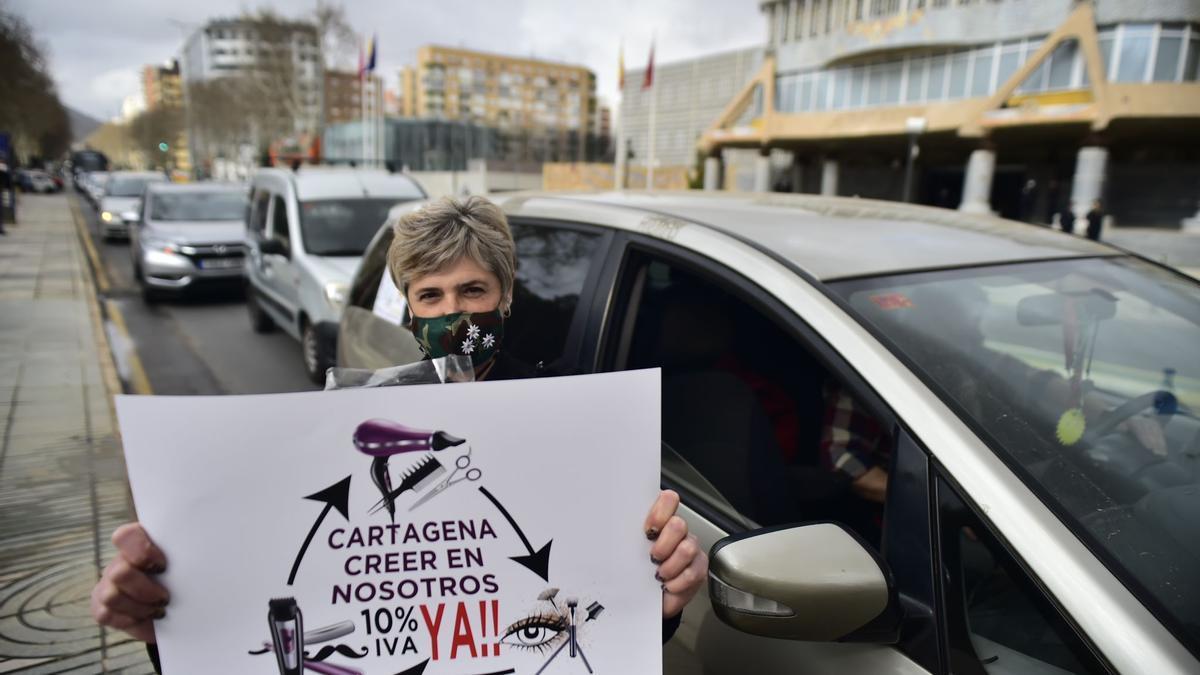 Una de las autónomas manifestantes frente a la Asamblea Regional.
