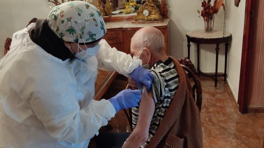Vacunan al hombre más mayor de Llocnou de Sant Jeroni