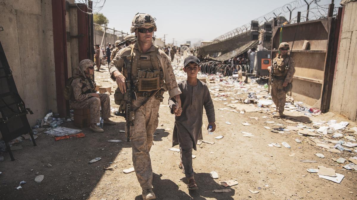 Un soldado estadounidense con un niño en Kabul.