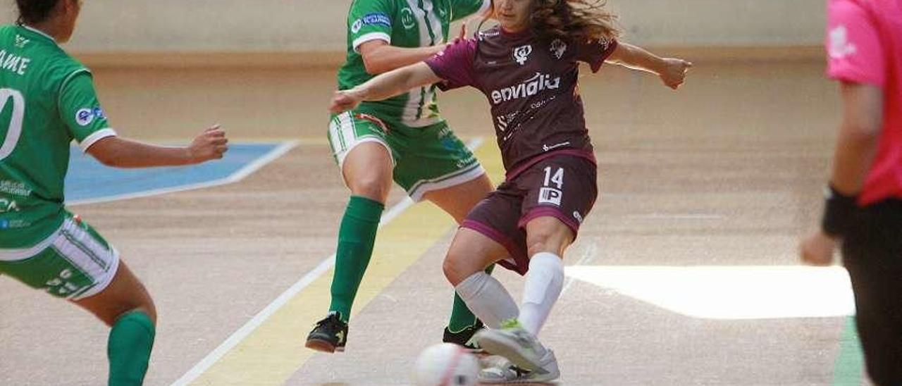 Dos defensoras del Burgas intentan cerrarle el paso a Sara Moreno, durante el derbi de Copa. // Iñaki Osorio