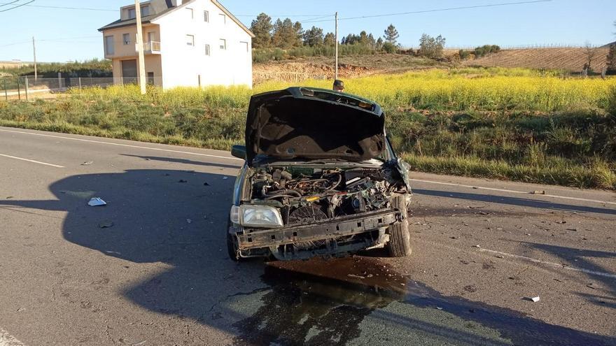 Dos heridos en una colisión entre dos coches y un tractor en Monterrei