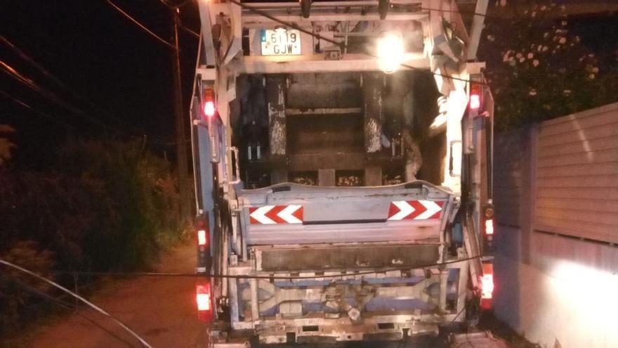 Cortada una carretera de Cangas después de que el camión de la basura tirase unos cables