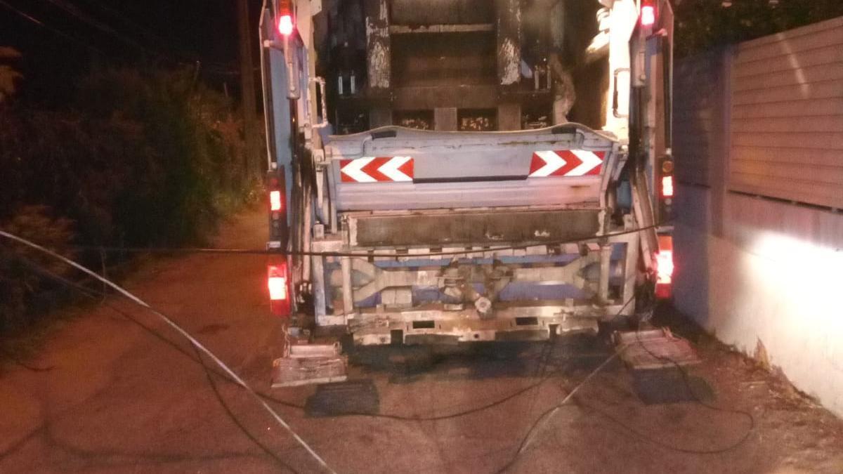 El camión de la basura derribó el cableado