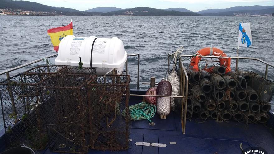 Gardacostas recupera 8 kilómetros de redes empleadas para pescar centollo de forma furtiva