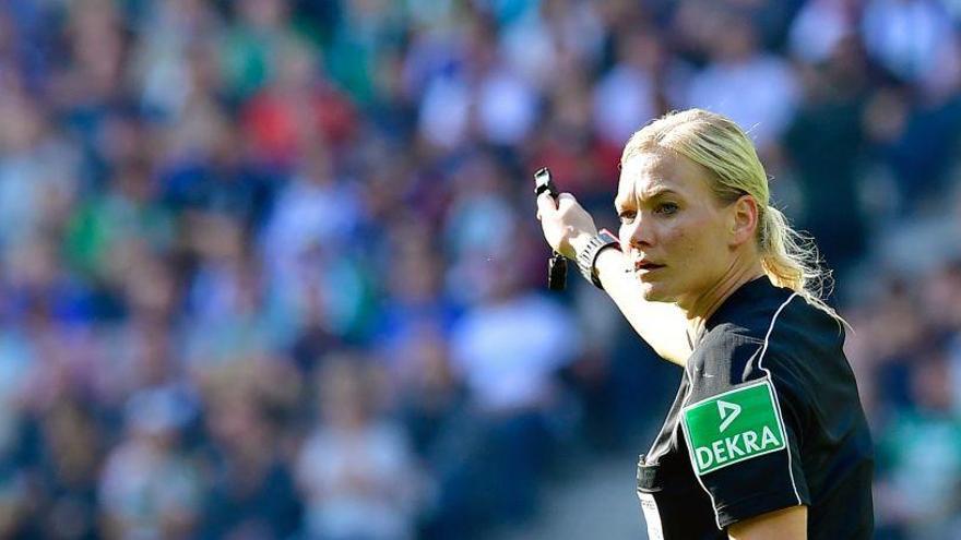 Bibiana Steinhau, la primera mujer en arbitrar en la Bundesliga