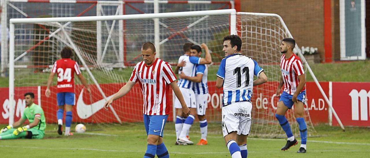 Los jugadores de la Real Sociedad B celebran el primer tanto junto a los rojiblancos Kravets –en primer término-, Berrocal, Pelayo Suárez y Mariño, cabizbajos.   Marcos León
