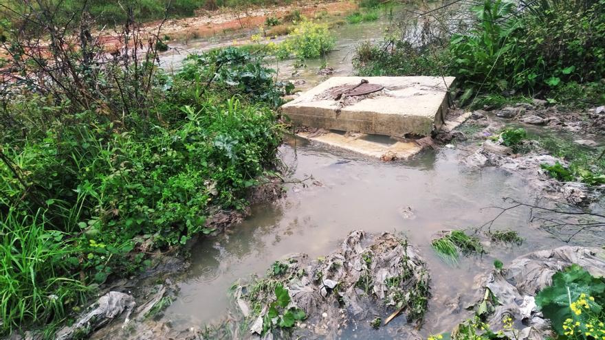 Las aguas fecales salen a borbotones y contaminan el río y el mar en Xàbia