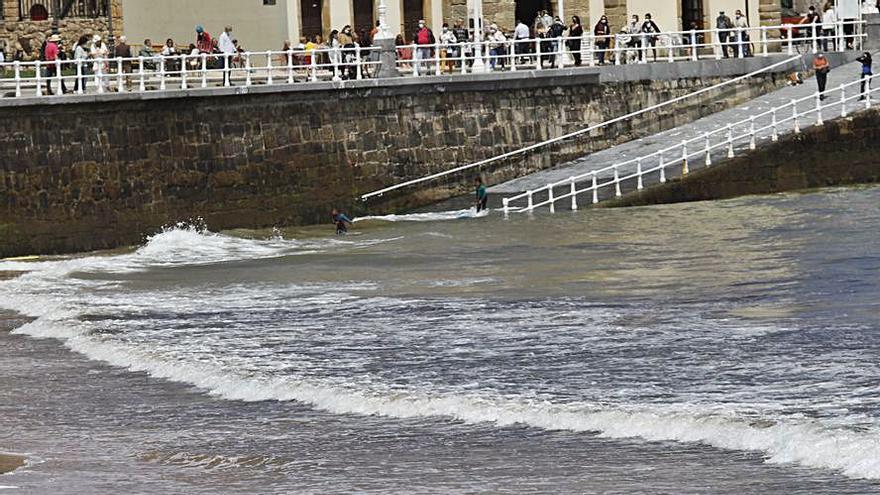 Reabre la playa de San Lorenzo tras un día sin alivios al Piles