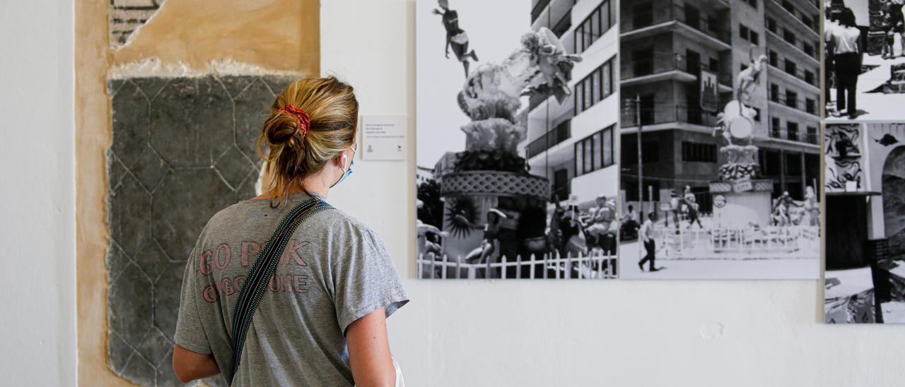 Una visitante contempla una de las fotografías de la exposición 'Festes populars: tradició i llegat'