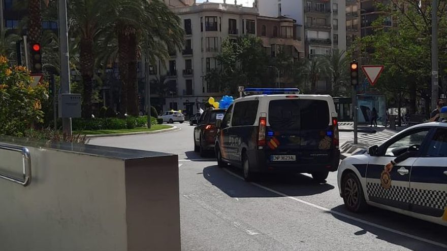 """Caravana de coches de empleados públicos en Alicante contra el """"abuso"""" de la temporalidad en las administraciones"""