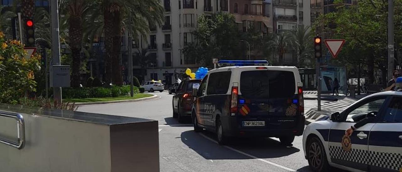 Paseo de las caravanas contra la temporalidad de las administraciones públicas en la Plaza de Luceros, Alicante