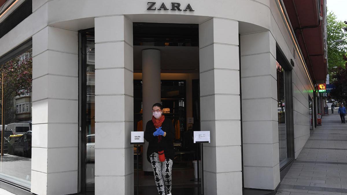 Una tienda de Zara, en A Coruña, durante el primer día de reapertura. // Carlos Pardellas